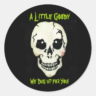 Cráneo verde desenterramos a los pegatinas de la etiqueta redonda
