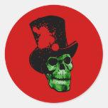 Cráneo verde fantasmagórico con el sombrero de pegatina redonda