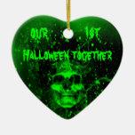 Cráneo verde fantasmagórico travieso 1r Halloween Adorno De Cerámica En Forma De Corazón