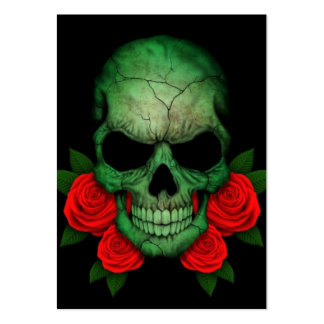 Cráneo verde libio de la bandera con los rosas roj tarjetas de visita grandes