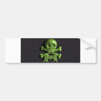 Cráneo verde y huesos cruzados etiqueta de parachoque