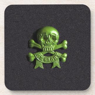 Cráneo verde y huesos cruzados posavasos