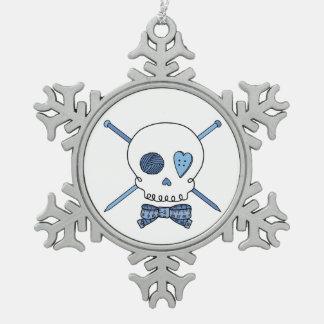 Cráneo y agujas que hacen punto (azules) adorno de peltre en forma de copo de nieve