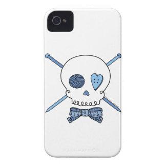 Cráneo y agujas que hacen punto (azules) iPhone 4 Case-Mate protector