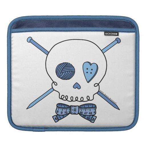 Cráneo y agujas que hacen punto (azules) mangas de iPad