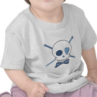 Cráneo y agujas que hacen punto (azules) camisetas