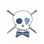 Cráneo y agujas que hacen punto (azules) postal