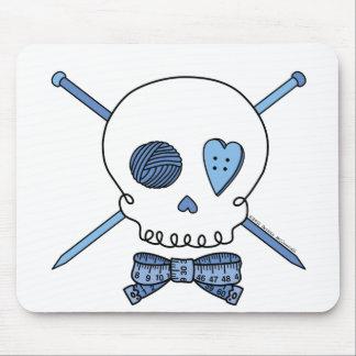 Cráneo y agujas que hacen punto (azules) alfombrillas de ratón