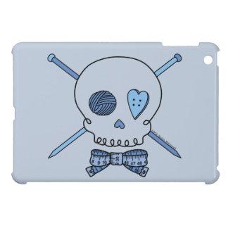 Cráneo y agujas que hacen punto (fondo azul) iPad mini cárcasa