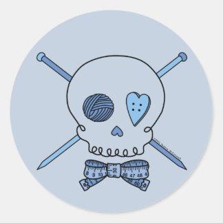 Cráneo y agujas que hacen punto (fondo azul) pegatina redonda