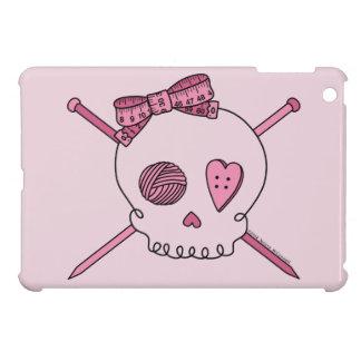 Cráneo y agujas que hacen punto (fondo rosado) iPad mini cárcasa