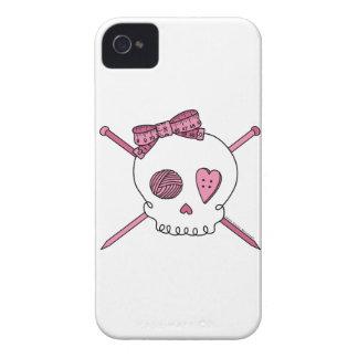 Cráneo y agujas que hacen punto (rosa) Case-Mate iPhone 4 carcasa