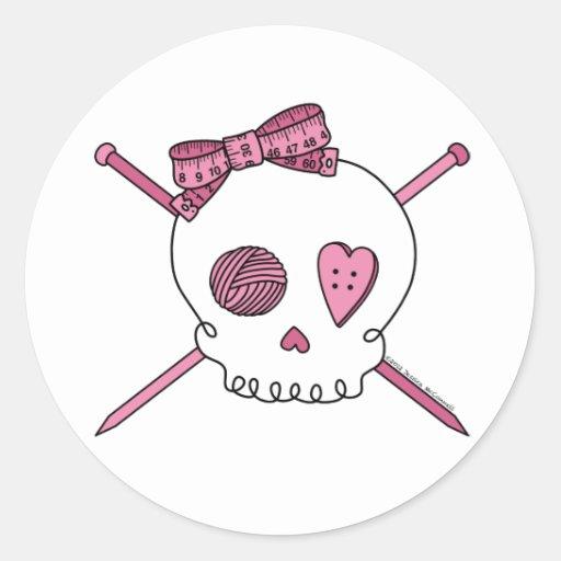 Cráneo y agujas que hacen punto (rosa) pegatina redonda