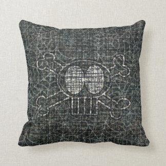 Cráneo y almohada de tiro de la bandera pirata