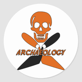Cráneo y arqueología cruzada de las paletas pegatina redonda