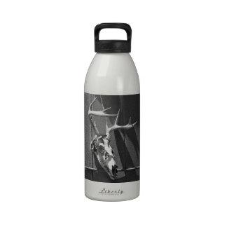 Cráneo y astas de los ciervos en blanco y negro botella de beber