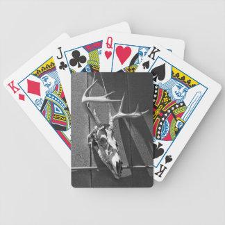 Cráneo y astas de los ciervos en blanco y negro cartas de juego