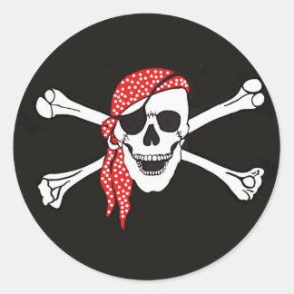 Cráneo y bandera de pirata cruzada de los huesos etiquetas redondas