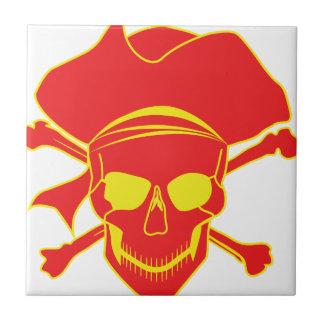 Cráneo y bandera pirata azulejo cuadrado pequeño