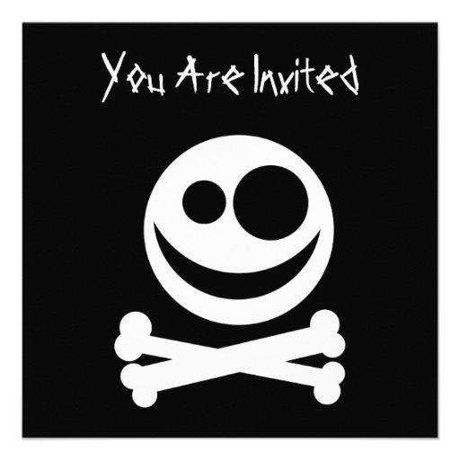 Cráneo y bandera pirata. Blanco y negro Invitación Personalizada