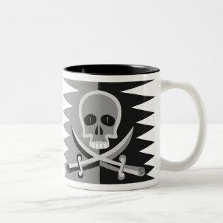 Cráneo y bandera pirata con decir divertido del pi taza