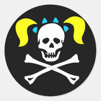 Cráneo y bandera pirata con las coletas etiquetas redondas