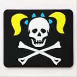Cráneo y bandera pirata con las coletas alfombrilla de ratones
