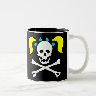 Cráneo y bandera pirata con las coletas taza de dos tonos