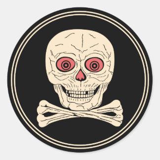 Cráneo y bandera pirata de Halloween del vintage Pegatina Redonda