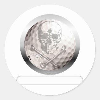 Cráneo y bandera pirata de la pelota de golf pegatina redonda
