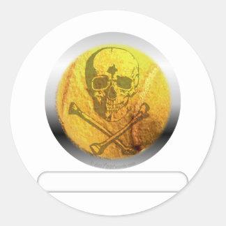 Cráneo y bandera pirata de la pelota de tenis pegatina redonda