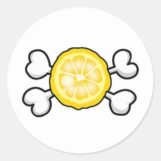 cráneo y bandera pirata de la rebanada del limón pegatina redonda