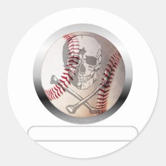 Cráneo y bandera pirata del béisbol pegatina redonda