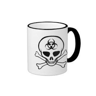 Cráneo y bandera pirata del Biohazard Taza A Dos Colores