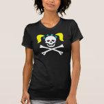 Cráneo y bandera pirata del chica con las señoras camiseta