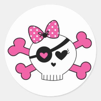 Cráneo y bandera pirata del chica etiqueta redonda