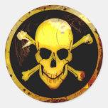 Cráneo y bandera pirata del oro del estilo del pegatina redonda