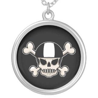 Cráneo y bandera pirata del patinador colgante redondo