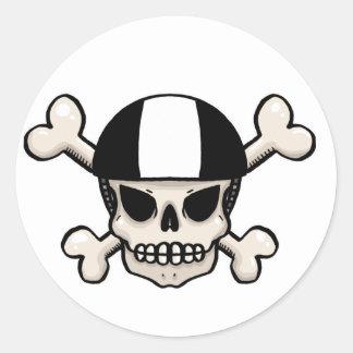 Cráneo y bandera pirata del patinador pegatina redonda