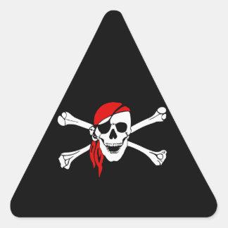 Cráneo y bandera pirata del pirata con el pañuelo pegatina triangular