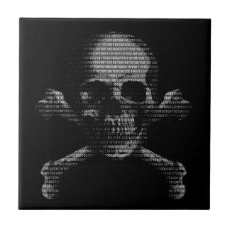 Cráneo y bandera pirata del pirata informático azulejo cuadrado pequeño