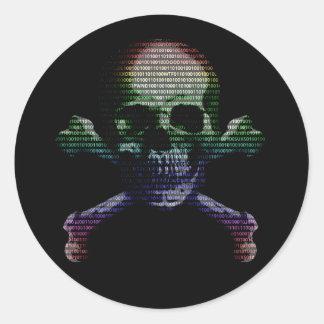 Cráneo y bandera pirata del pirata informático pegatina redonda
