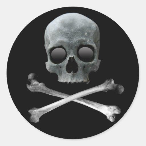 Cráneo y bandera pirata del pirata pegatinas redondas