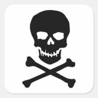 Cráneo y bandera pirata del pirata calcomanía cuadrada personalizada