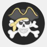 Cráneo y bandera pirata del pirata pegatina redonda