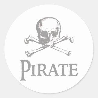 Cráneo y bandera pirata del pirata etiqueta redonda