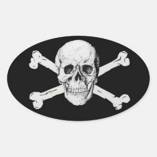 Cráneo y bandera pirata del pirata pegatina ovalada