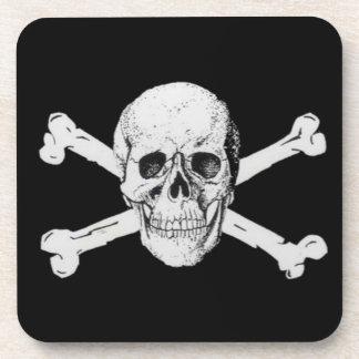 Cráneo y bandera pirata del pirata posavasos de bebida