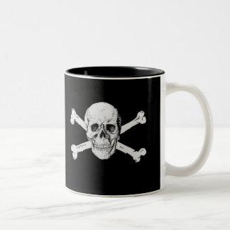 Cráneo y bandera pirata del pirata taza de café de dos colores