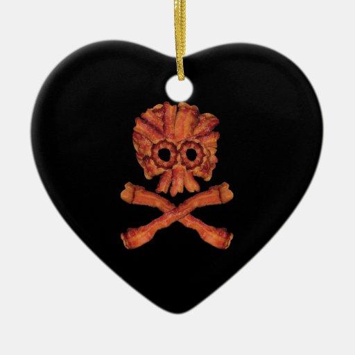 Cráneo y bandera pirata del tocino adorno de cerámica en forma de corazón